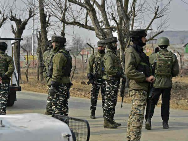 Pulwama: सेना का आतंकियों के साथ चल रहा एनकाउंटर, 2-3 आतंकी  छिपे