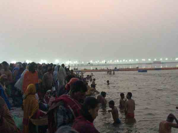 first snan on makar sankranti in prayagraj kumbh