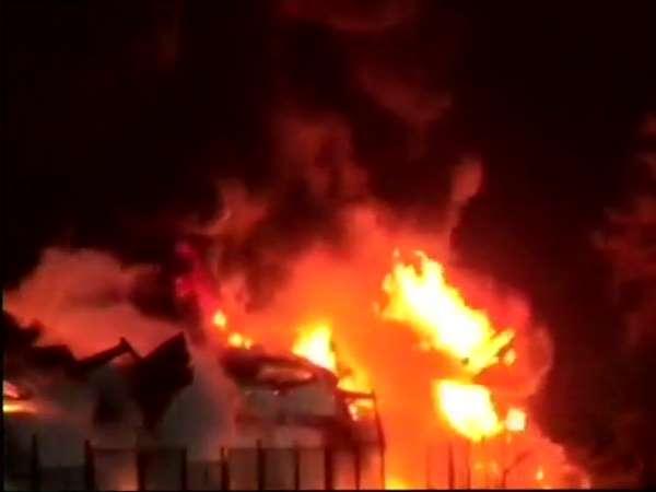 महाराष्ट्र: रायगढ़ में कंटेनर यार्ड में भीषण आग, दमकल की 10 गाड़ियां पहुंचीं