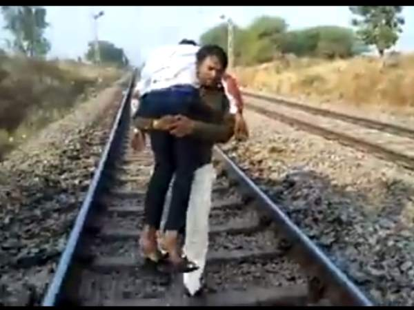 VIDEO: ट्रेन से गिरकर घायल हुए शख्स को अस्पताल ले जाने के लिए कंधे पर उठाकर डेढ़ किमी दौड़ा कांस्टेबल