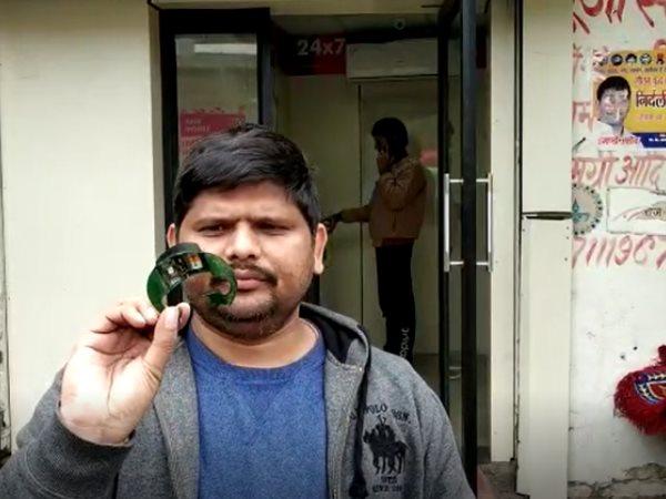 Image result for ATM में फंसा इंजीनियर का कार्ड, बाहर खींचते ही निकली ऐसी चीज कि उड़ गए होश