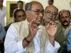 दिग्विजय ने मंत्रियों को लताड़ा, 'नर्मदा किनारे मैं पैदल चला हूं, मंत्री बताएं कितने KM चले
