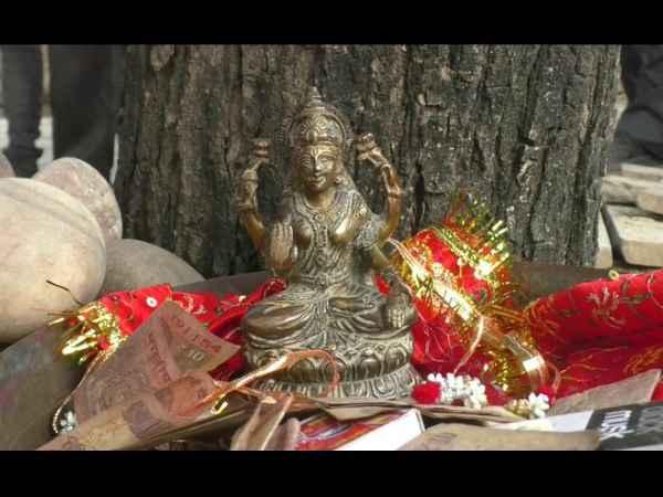 बाराबंकी: तलाब की सफाई में मिली अष्टधातु की मूर्ति, लोगों ने शुरू की पूजा