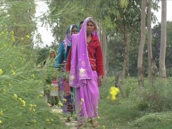 बाराबंकी: कागजों में ODF घोषित कर दिया जिला, आज भी खुले में शौच जाने को मजबूर हैं महिलाएं
