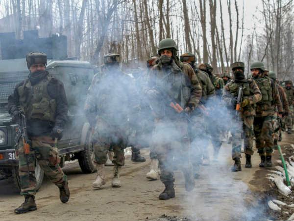 जम्मू-कश्मीर: बारामूला समेत 3 जगहों पर सुरक्षाबलों और आतंकियों के बीच एनकाउंटर जारी