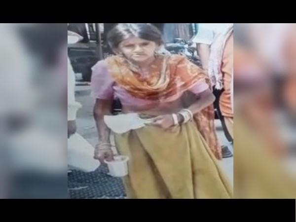 भिखारी ने जमा किए लाखों रुपए, पुलवामा शहीदों के परिजनों के लिए कलेक्टर को सौंपे, VIDEO