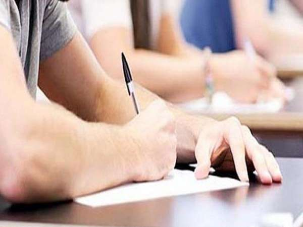 परीक्षा में नकल रोकने के लिए बिहार बोर्ड का आदेश, जूते-मोजे की जगह चप्पल पहनकर केंद्र पहुंचे छात्र