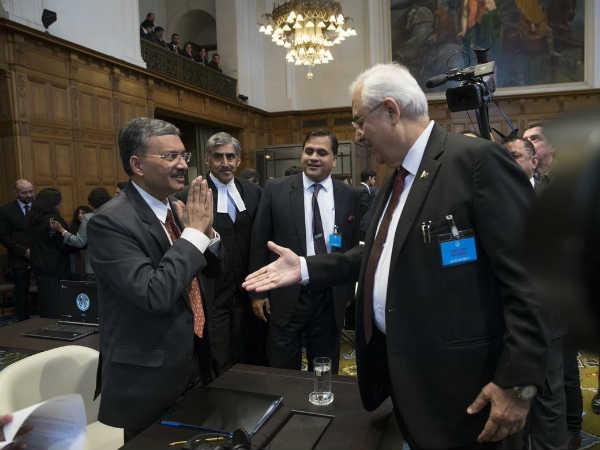 ये भी पढ़ें: कुलभूषण जाधव केस: ICJ में पाकिस्तानी अधिकारी के हाथ मिलाने पर भारतीय अफसर ने किया दूर से नमस्ते