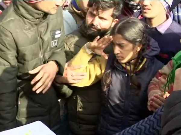 शहीद मोहनलाल का तिरंगे में लिपटा पार्थिव शरीर पहुंचा देहरादून, बहादुर बेटी ने अपने पिता को किया सैल्यूट