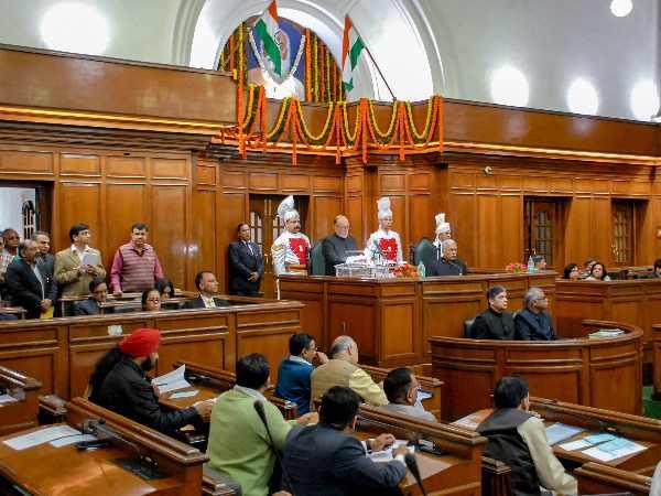 दिल्ली विधानसभा में बीजेपी विधायकों का प्रदर्शन, मार्शल ने किया बाहर