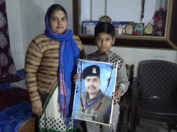 शहीद के 8 साल के बेटे कृष्णा ने लगाई गुहार, सीएम अंकल एक बार आओ हमारे गांव