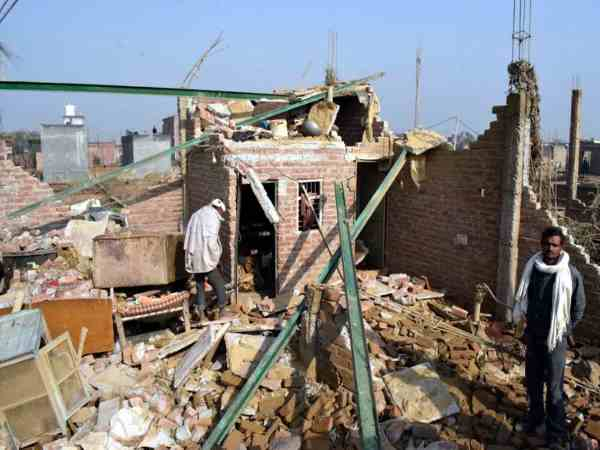 houses collapse after heavy storm hits noida