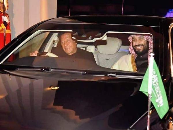 पाक पहुंचे सउदी प्रिंस सलमान, इमरान खुद कार ड्राइव कर पीएम हाउस तक लाए