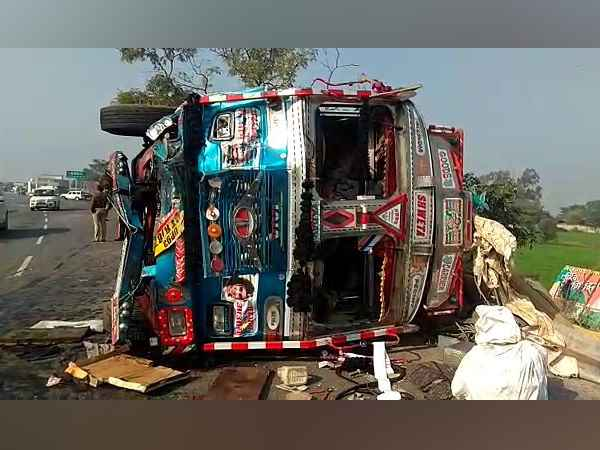 4 died and 7 injured in road accident in jalaun