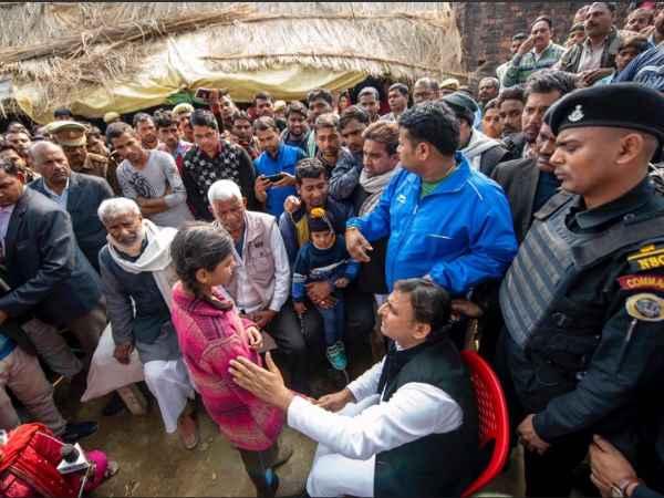 शहीद के घर पहुंचे अखिलेश, बोले- PM-CM 'उरी' देख जश्न मनाते हैं तो बताएं जवानों की जान कैसे चली गई