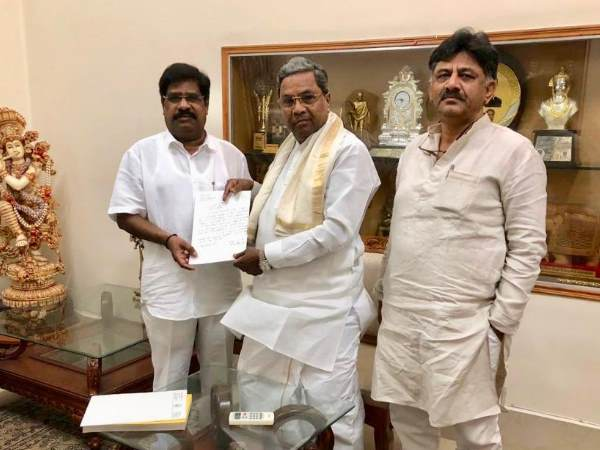 karnataka Independent MLA H Nagesh extended his support to Congress met Siddaramaiah and DK Shivakumar