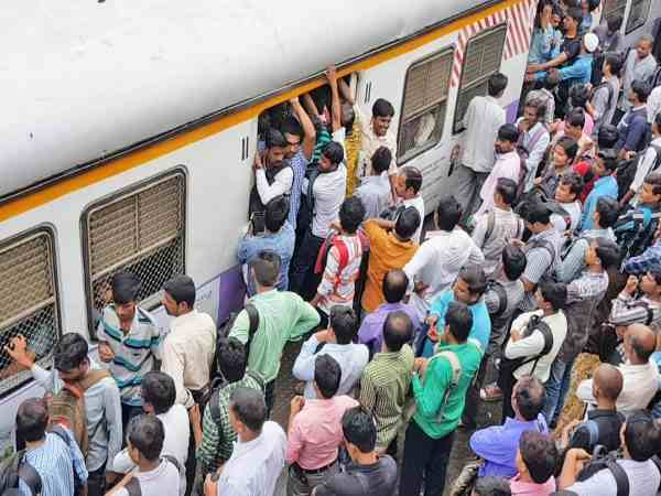 a boy died from falling off local train in mumbai