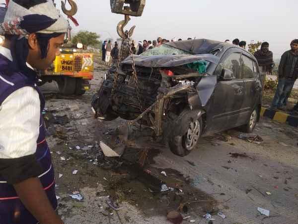 यमुना एक्सप्रेसवे पर बेकाबू एंबुलेंस ने आईटेन कार को मारी टक्कर, 7 लोगों की दर्दनाक मौत