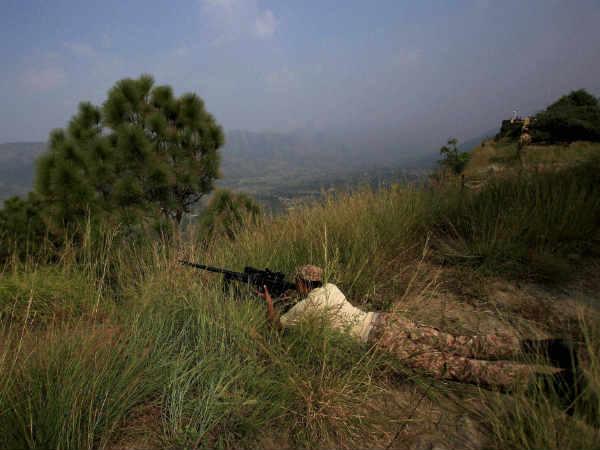 पुलवामा हमला:  भारत की चेतावनी से घबराया पाकिस्तान, LoC पर सेनाएं हाई अलर्ट पर