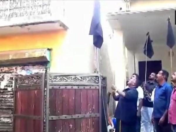 पुडुचेरीः किरण बेदी के विरोध में CM नारायणसामी ने अपने आवास पर फहराया काला झंडा