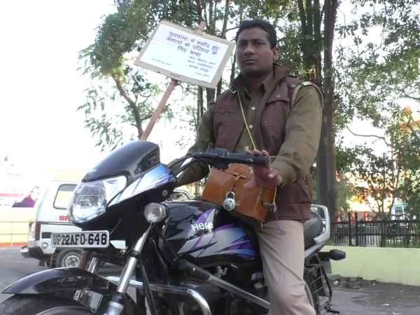 Pulwama Attack: शहीद हुए CRPF जवानों के लिए सड़क पर घूम-घूम कर चंदा मांग रहा ये कॉन्स्टेबल