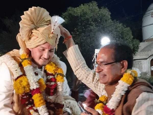 Shivraj Singh Chauhan Stop Barat in indore For bless to groom