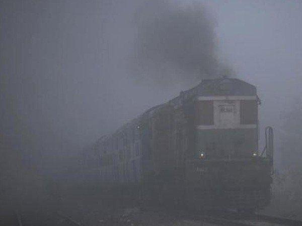 दिल्ली NCR में हल्की बारिश के आसार, कोहरे के चलते 12 ट्रेनें लेट