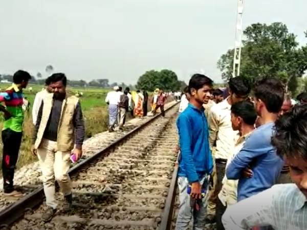 मोबाइल पर बात करते हुए रेलवे लाइन पार कर रहे थे दो भाई, रौंदते हुए निकल गई ट्रेन