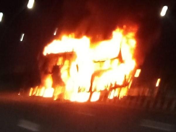 आगरा-लखनऊ एक्सप्रेस-वे पर बड़ा हादसा, बस में आग लगने से 4 की जलकर मौत
