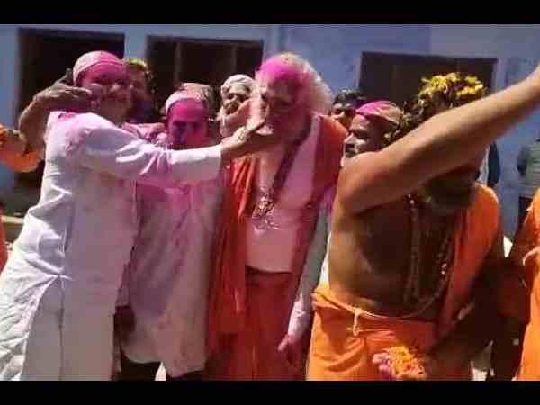 राम मंदिर और बाबरी मस्जिद के पक्षकारों ने साथ खेली होली, मिले गले