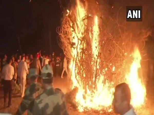 पंजाब- अमृतसर में BSF के जवानों ने किया होलिका दहन