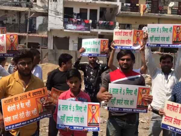गौतम बुद्ध नगर लोकसभा सीट पर शुरू हुआ भाजपा प्रत्याशी का विरोध, लिखा-BJP से बैर नहीं महेश शर्मा तेरी खैर नहीं