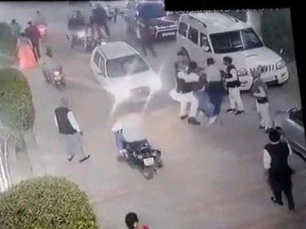 पार्टी में पद को लेकर सपा नेताओं में मारपीट-फायरिंग, VIDEO हुआ वायरल