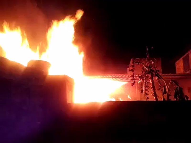 होलिका दहन के बाद लगी आग, लोगों में मची अफरा-तफरी, युवक जिंदा जला