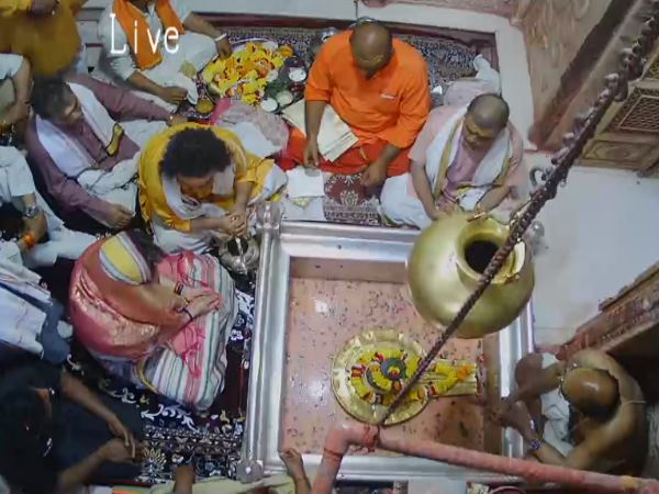 रामगोपाल यादव ने प्रियंका गांधी के मंदिर जाने पर कसा तंज, बोले- संकट में आदमी मंदिर जाता है