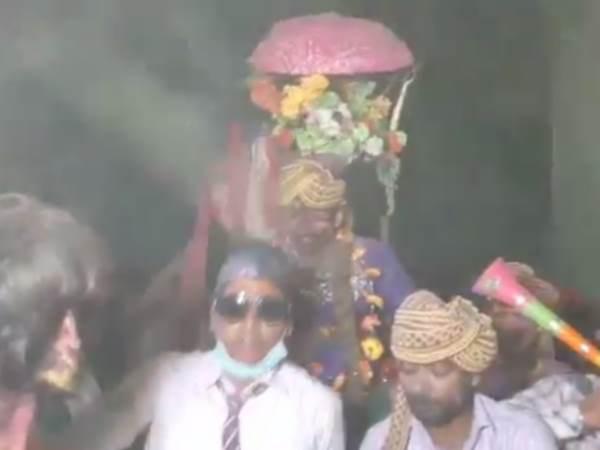 रामपुर में होली पर दूल्हे की झाड़ू से पिटाई कर निकाली गई बारात