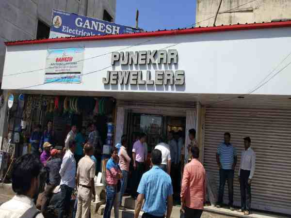 dacoits looted jewellery shop and ran away