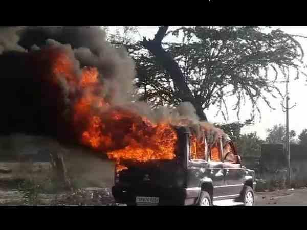 बस की टक्कर से बाइक सवार की मौत पर बवाल, गुस्साए लोगों ने सीओ की गाड़ी में लगाई आग