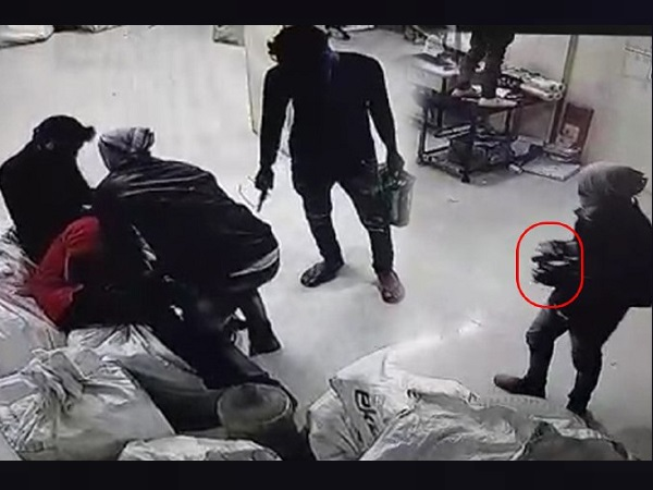four masked robbers looted the Flipkart office, video viral