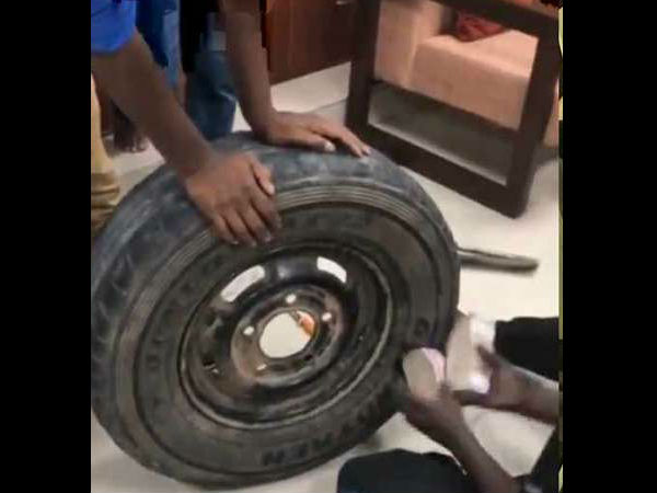 Video: जब कार के टायर से निकलने लगी नोटों की गड्डियां, देखकर हैरान रह गए लोग