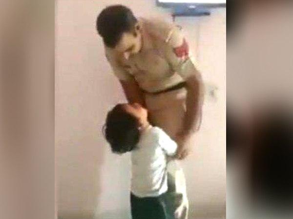 <strong>इसे भी पढ़ें:- ड्यूटी पर जाने से रोकने के लिए पुलिसकर्मी पिता के पैर से लिपटकर रोता रहा बेटा, वायरल हुआ VIDEO </strong>