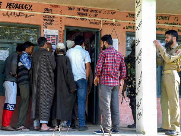 जम्मू कश्मीर: अनंतनाग में सिर्फ 13.61 प्रतिशत लोगों ने ही डाले वोट, आतंकियों ने दी थी धमकी