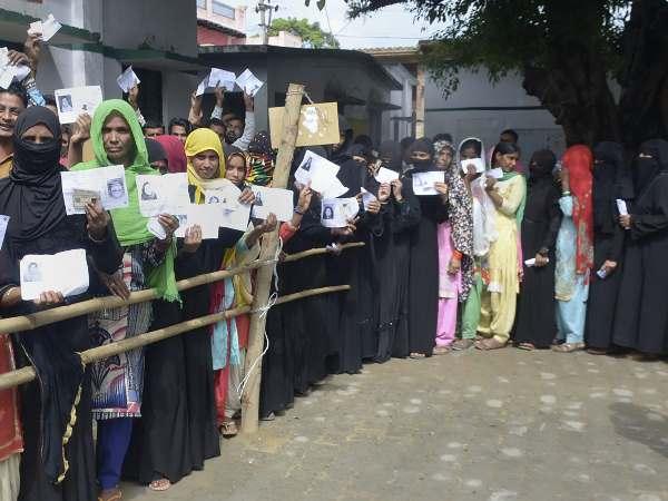 बुर्का पहनकर पति की पहली बीवी का वोट डालने पहुंची महिला, ऐसे आई पकड़ में
