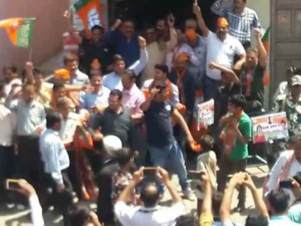 clash between congress and bjp workers in bijnor Priyanka Gandhi road show