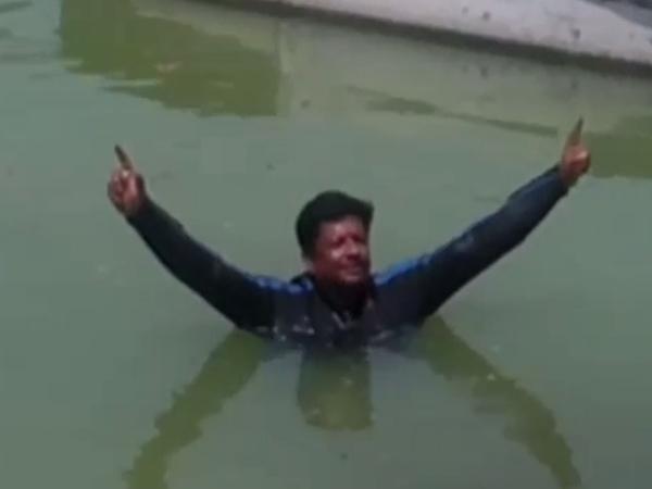 पानी में डूबते 100 लोगों को बचाने वाले ने पीएम मोदी की जीत के लिए की जल प्रार्थना