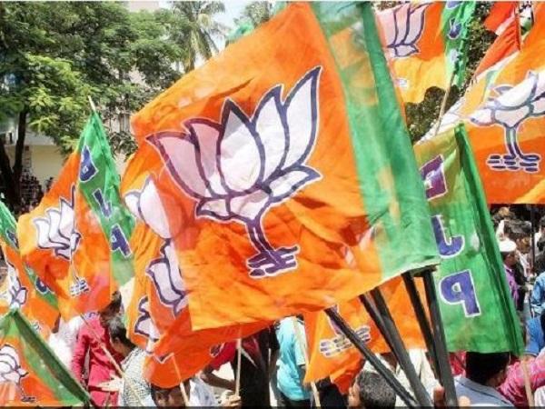 मुकुट बिहारी वर्मा को अंबेडकर नगर से पार्टी ने दिया है टिकट