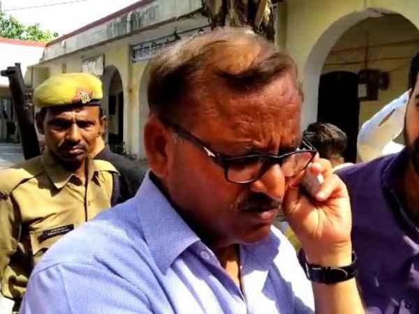 एटा: पीठासीन अधिकारी पर लगा सपा का वोट डलवाने का आरोप, हटाए गए