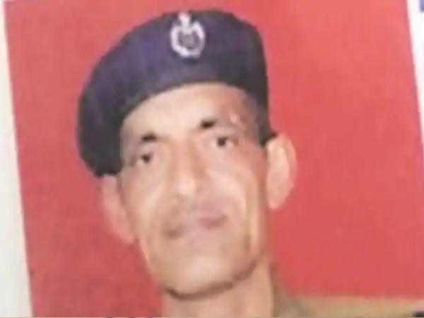 खुद की जान गवांकर बचाई महिला और 3 बच्चों की जान, ट्रेन की चपेट में आने से पुलिस कांस्टेबल की मौत