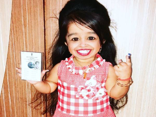 Lok Sabha elections 2019: worlds shortest woman Jyoti Amge votes in Nagpur