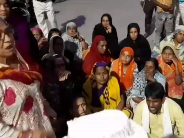मोहल्ले के लोग इसलिए करते थे पार्षद के घर के सामने हंगामा, दुखी होकर पार्षद पति ने किया आत्मदाह का प्रयास